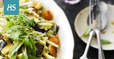 Halloumijuusto on erityisen ihanaa pastan kanssa, sillä pieniksi paistetut juustokuutiot antavat lempeänmakuiselle ruualle lihaisaa rakennetta ja ytyä. Tässä kastikkeessa halloumi saa rinnalleen sieniä ja rouskuvia siemeniä.