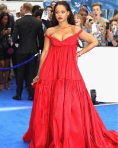 Uau @badgalriri! A bordo de vestido da alta-costura de @giambattistavalliparis Rihanna causou frisson ao desfilar pela première de @valerianmovie na tarde desta segunda-feira em Londres. As joias são @chopard; a clutch @jimmychoo. Que tal o look? Veja mais no link da bio! #rihanna  via GLAMOUR BRASIL MAGAZINE OFFICIAL INSTAGRAM - Celebrity  Fashion  Haute Couture  Advertising  Culture  Beauty  Editorial Photography  Magazine Covers  Supermodels  Runway Models