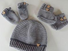 Schönes Set bestehend aus Babymütze, die passenden Booties und die passenden Handschühchen, kuschelig weich und warm für den kommenden Herbst/Winter.  Auch in den Farben petrol, dunkelgrau,...