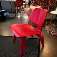LCW Eames sin klassiske hvilestol i rødt er da på plass i våres showroom. Dette var stolen som fikk igang sammarbeidet mellom Eames og Vitra. #lcw #eames #vitra #paustian_oslo #aword #red #lounge #chair #eames #eameschair @vitra