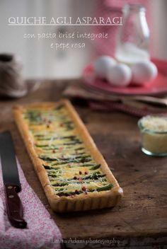 Quiche di asparagi con pasta brisé integrale e pepe rosa
