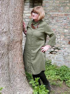 Das olivgrüne Hemdblusenkleid ist ganz schlicht und gerade. Um ihm Form zu geben, kann ich es mit einem breiten Ledergürtel tragen.
