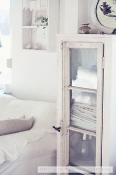 ... ♥ ...cabinet to store towels or linens.