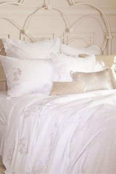 I prefer plain bedding jazzed up with floral cushions!