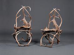 Chaises Forêt noire XXe: Paire de chaises en bois de cervidés, travail allemand, style bavarois, XIXe.