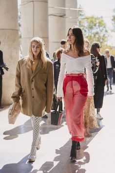 The Best Street Style Of Paris Fashion Week - - Paris holds the key to good style. Street Style Trends, Street Style Outfits, Spring Street Style, Street Styles, Style Summer, Cool Street Fashion, Look Fashion, Korean Fashion, Fashion Outfits