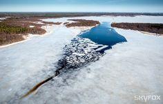 Meri sulaa talven jäästä.