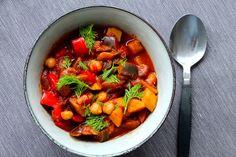 Jeg er fan af marokkansk mad. Jeg er fan af aubergine. Jeg er fan af kikærter. Jeg er fan af denne marokkanske gryderet. I sidste uge fik jeg en veninde på besøg, og da jeg spurgte hende, hvad vi skulle lave til aftensmad, sagde hun: