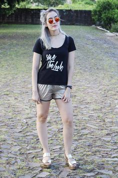 street style - ootd - look do dia - gold shorts - sports - black t-shirt - save the look - salto plataforma - golden heels - sunglasses - granny hair - half bunny