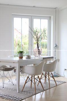 Wohnlust: Lebenszeichen Eames Chairs, Dining Chairs, Dining Table, Dining Area, Dining Room, Interior Architecture, Interior Design, Home Carpet, Style Deco