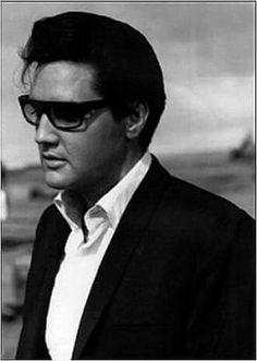 Elvis looking super cool. Elvis Presley Pictures, Elvis Presley Family, Gorgeous Men, Beautiful People, Elvis And Priscilla, Most Handsome Men, Rhythm And Blues, Norma Jeane, Graceland