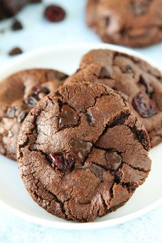 Chocolate Cherry Cookies-soft and chewy chocolate cookies with chocolate chunks and dried cherries. These decadent cookies are a great dessert for any day! Tolle Desserts, Köstliche Desserts, Dessert Recipes, Chocolate Cherry Cookies, Chocolate Cookie Recipes, Delicious Cookie Recipes, Best Cookie Recipes, Bake Sale Recipes, Cherry Recipes