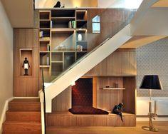 Escada com armário e assento em estofado embaixo