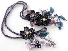 黒花と小花のシックなお花畑ネックレス