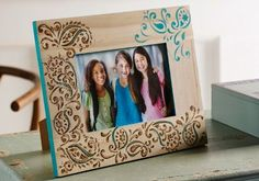 Portarretratos de madera pirograbado y pintado. Han utilizado una plantilla