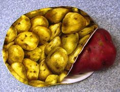 Potato Bags: Yes, it is what it looks like. Cook the potato in a bag you make. Pinning this to my sewing board as well as my veggie board. Baked Potato Microwave, Cooking Baked Potatoes, Microwave Bowls, Small Sewing Projects, Sewing Ideas, Sewing Crafts, Sewing Patterns, Craft Projects, Sewing Tips