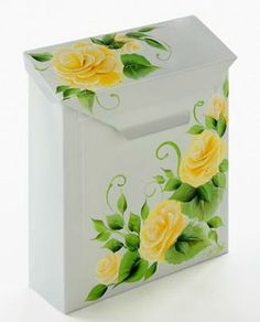 Click thru for the full how to on this decorative Cabbage Rose painted mailbox…
