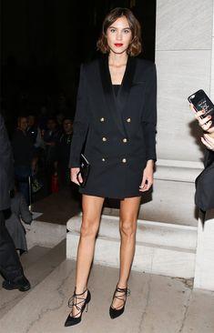 Look Alexa Chung com sobretudo como vestido.