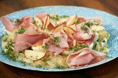 Dieser Kartoffelsalat mit Erbsen, Eiern, Apfel, Gurke und Mayo hat russische Wurzeln.