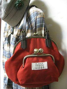 赤帆布×マトリョーシカの丸型Wがま口バッグ