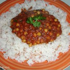 Chickpeas are simmered in a fragrant and spicy curry sauce and garnished with fresh coriander. Serve with rice for a great vegetarian midweek meal. World Recipes, Meat Recipes, Indian Food Recipes, Cooking Recipes, Ethnic Recipes, Meat Meals, Cooking Ideas, Vegan Slimming World, Slimming Eats