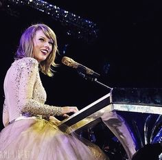 """Taylor Swift singing """"Enchanted/Wildest Dreams"""" at the 1989 Tour"""