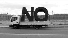 Santiago Sierra, NO, Global Tour, installazione ambientale, cm 300 x 428 x 52.  Courtesy prometeogallery di Ida Pisani, Milano / Lucca Location: Terrazza della Funicolare, Capri