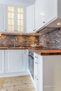 Discover modern kitchen flooring ideas, from ceramic tile to hardwood to stone, tile pattern, slate Modern Farmhouse Kitchens, Farmhouse Style Kitchen, Home Kitchens, Elegant Kitchens, Home Interior, Kitchen Interior, Kitchen Decor, Kitchen Ideas, Kitchen Knobs