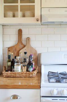Aproveite a versatilidade das bandejas na hora de decorar! Na cozinha, por exemplo, elas podem ajudar a organizar mantimentos e ainda dar um toque especial a decoração! ;)