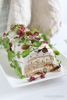 Yhteistyössä Sheese – Paljon toivottu vegaanin voileipäkakku, olkaa hyvä! Minulta on toivottu vuosikausia keväisin voileipäkakun reseptiä. En ole itse ollut oikein innoissani voileipäkakuista ja kasariviboista, mutta tarpeeksi monta vuotta asiaa pyöriteltyäni aloin pikkuhiljaa lämpenemään ajatukselle! Voileipäkakustakin saa tehtyä modernimman version, kun jättää kinkkuruusut, kurkut ja kirsikkatomaatit pois kakun päältä ja valmistaa sen muutenkin täysin vegaanisista…  Lue lisää