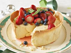 Cheesecake topped with fresh berries. Fun Desserts, Delicious Desserts, Dessert Recipes, Yummy Food, Dessert Ideas, Recipe For Mom, Let Them Eat Cake, Yummy Cakes, Love Food