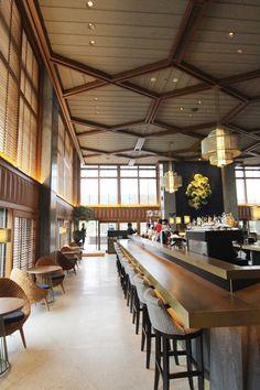 「京都岡崎 蔦屋書店」内にオープンしたカフェ&レストラン「京都モダンテラス」ってどんな店? 2016年1月10日に誕生した「京都岡崎 蔦屋書店」。「日本の美」を意識した書店だけでなく、2階に同時オープンした大型カフェ&レストラン「京都モダンテラス」も見逃せない。 日本を代表するモダニズム建築、建築家・前川國男氏の名建築「京都会館」をリノベーションし、高い天井を活かした空間は、開放感にあふれている。