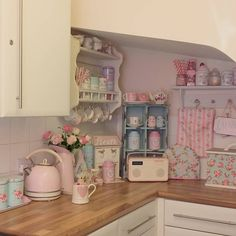 Shabby Chic Pink Paint Styles and Decors to Apply in Your Home – Shabby Chic Home Interiors Shabby Chic Pink, Shabby Chic Cottage, Shabby Chic Homes, Shabby Chic Style, Shabby Chic Decor, Shabby Chic Curtains, Shabby Chic Interiors, Shabby Chic Furniture, Cute Kitchen