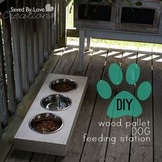 DIY Dog Feeding Station from #woodpallets #reclaimed #upcycle #chalkboardpaint