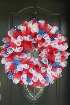 Curly Patriotic Red White and Blue Geo Mesh Wreath on Sweet Monkey Princess via Etsy Patriotic Wreath, Patriotic Crafts, Patriotic Decorations, July Crafts, Summer Crafts, 4th Of July Wreath, Deco Mesh Crafts, Wreath Crafts, Diy Wreath