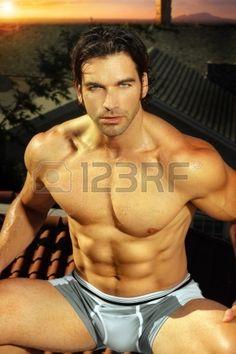 Sexy portrait de l'homme muscl� ajustement en sous-v�tements photo