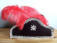 En plein dans les préparatifs d'une pirate party, voici le premier accessoire indispensable à la fête: le chapeau pirate! To start a pirate party, let's make the pirate's hat! Il …