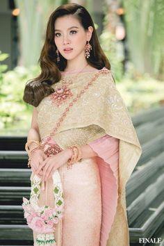 Cambodian Wedding Dress, Thai Wedding Dress, Thai Fashion, Blackpink Fashion, Traditional Thai Clothing, Traditional Dresses, Beautiful Japanese Girl, Beautiful Asian Girls, Thailand National Costume
