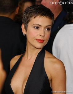 Oval Facial Coiffure Often with a protracted brown mane, Alyssa Milano is tempted by the brief haircut. With its oval face, the result's attractive. Super Short Hair, Short Grey Hair, Short Hair Cuts For Women, Oval Face Hairstyles, Pixie Hairstyles, Undercut Hairstyles, Elegant Hairstyles, Short Pixie Haircuts, New Haircuts