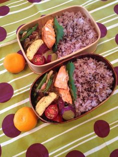 Twitter from @sakuranoki3 今日のお弁当:塩鮭、いんげんとシメジと鶏肉のオイスター炒め、さつまいも煮、卵焼き、みかん #obento #obentoart