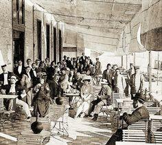 Balneario Victoria. abierto al público en 1907 fueron los dos principales acontecimientos que hicieron que los gaditanos salieran del recinto de sus murallas y que la ciudad se extendiera hacia los extramuros.Imagen:  La terraza del Balneario Victoria en 1907. Cádiz