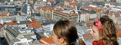 Zwei junge Frauen genießen den Panoramablick vom Cityhochhaus über die Messestadt Leipzig aus 130 Metern Höhe. | Bildrechte: dpa