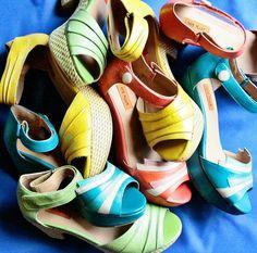 Sandałki nowojorskiej marki Miz Mooz - różnokolorowe, świetne na lato. W butiku na Chmielnej w supercenach.