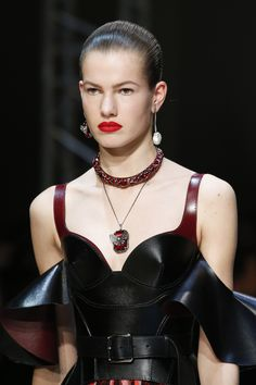 https://www.vogue.com/fashion-shows/fall-2018-ready-to-wear/alexander-mcqueen/slideshow/collection