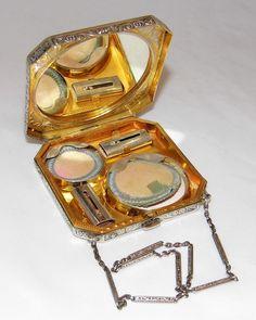 Vintage Meets Modern: A Classic Lifestyle New Look Ideas Vintage Makeup Vanities, Vintage Vanity, Vintage Perfume, Vintage Glamour, Vintage Beauty, Vintage Ladies, Vintage Antiques, Vintage Items, Vintage Jewelry
