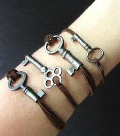 Skeleton Key Bracelet on Rustic Leather Cord by aptoArt on Etsy Leather Jewelry, Leather Cord, Wire Jewelry, Jewelry Crafts, Jewelery, Antique Keys, Vintage Keys, Vintage Jewelry, Handmade Jewelry