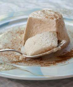 Μερίδες: 8, Προετοιμασία: 40΄, Αναμονή: 3 ώρες Σε μια κατσαρόλα βάζουμε την κρέμα γάλακτος με το μέλι και τα τοποθετούμε στη φωτιά. Παράλληλα βάζουμε τα φύλλα ζελατίνας να μουλιάσουν μέσα σε ένα μπολ με κρύο νερό. Μόλις πάρει βράση η κρέμα, κατεβάζουμε από τη φωτιά. Στραγγίζουμε τα φύλλα ζελατίνας από το νερό και τα ρίχνουμε … Sweets Recipes, Healthy Desserts, Fun Desserts, Italian Pastries, Italian Desserts, Candy Crash, Sugar Love, Sweet Tooth, Bakery