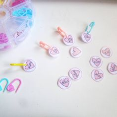 """108 Me gusta, 23 comentarios - Ganchillo/ Traductor Patrones (@celoriocraft) en Instagram: """"🧶ETIQUETAS PARA MARCADORES DE PUNTO🧶 (🇬🇧⬇️) . Estoy obsesionada con el uso de los marcadores de…"""" Convenience Store, Printables, Instagram, Sharpies, Hacks, Crocheting, Dots, Tejidos, Patterns"""