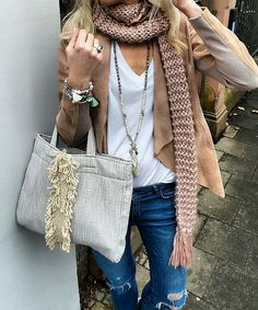 e4f3a426f3 Jeans + camiseta branca + colar longo + jaqueta bege + cachecol num tom  rosa antigo. A bolsa é bem simples também.