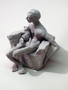 homme assis dans fauteil Rosella FIDA, sculpteur-performeur